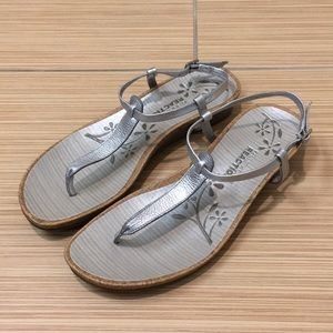KENNETH COLE REACTION Silver Leather Thong Sandals